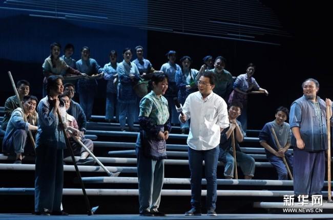 4月5日晚,演员在江西艺术中心表演歌剧《山茶花开》。