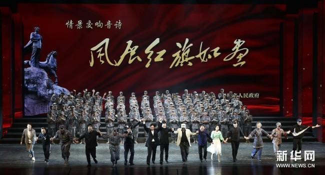 4月25日,主创人员在《风展红旗如画》演出结束后谢幕。新华社记者 鲁鹏 摄