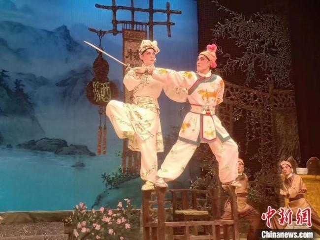 郑永健(左)舞台照 受访者供图