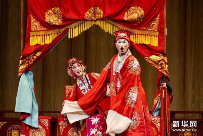 5月12日,北方昆曲剧院演员王瑾(左)和曹龙生在昆曲《风筝误》中表演。新华社记者 杜涓涓 摄