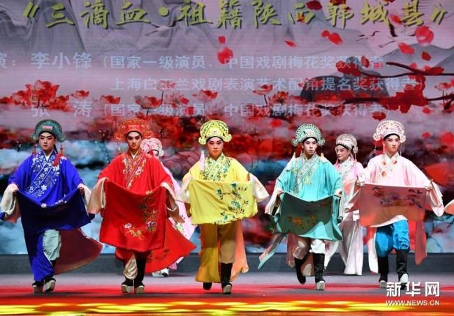 5月15日,演员在开幕演出上表演秦腔《三滴血·祖籍陕西韩城县》。新华社记者 邵瑞 摄
