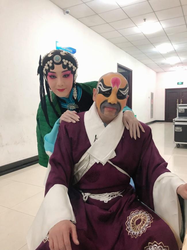 奇彤与老师孟广禄合影