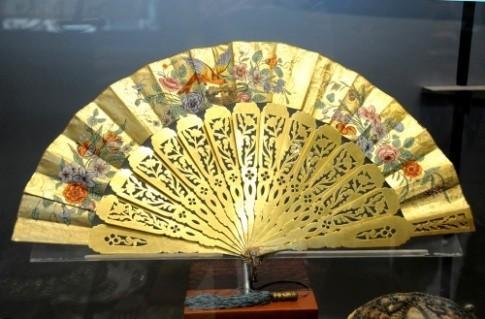 在博物馆的展柜里,我意外地看到了这样一组精美绝伦的中国扇。(图为组扇之一)