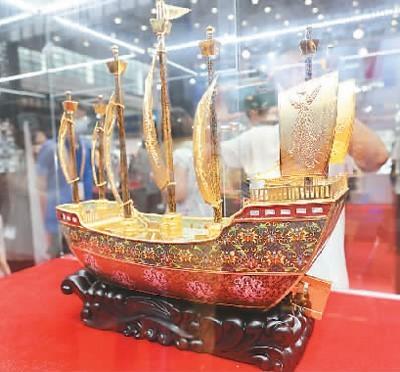 首届中国国际消费品博览会现场展出的景泰蓝工艺品。  新华社记者 张丽芸摄