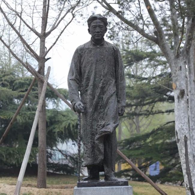钱绍武 《徐悲鸿像》 青铜 高2.4m  2004年