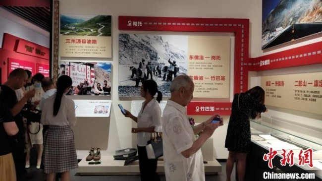 民众参观川藏公路博物馆。 王鹏 摄