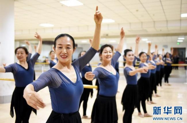 2019年11月23日,在山东省邹平市新时代文明实践中心,市民在排练舞蹈。新华社记者 范长国 摄