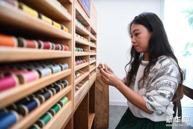 在广州荔湾区泮塘五约的法绣工坊,王颖峰挑选刺绣需要的丝线(8月20日摄)。新华社记者 邓华 摄
