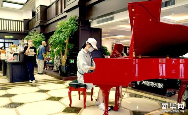 读者在西安钟楼书店内弹钢琴(8月25日摄)。新华社记者 刘潇摄