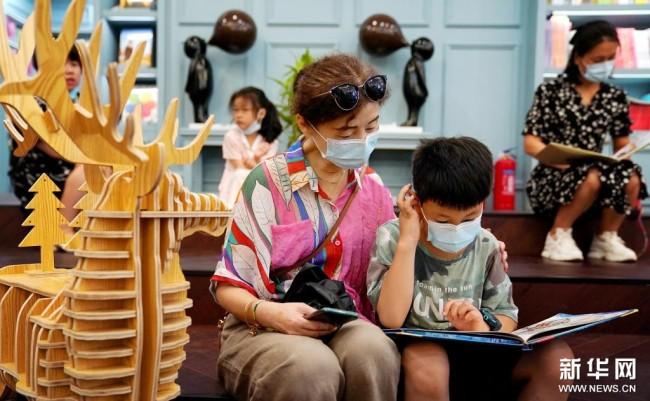 读者在西安钟楼书店内阅读(8月27日摄)。新华社记者 刘潇摄