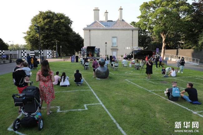 """8月28日,人们在爱尔兰都柏林的爱尔兰现代艺术博物馆欣赏""""中国文化路演""""户外音乐表演。新华社发"""