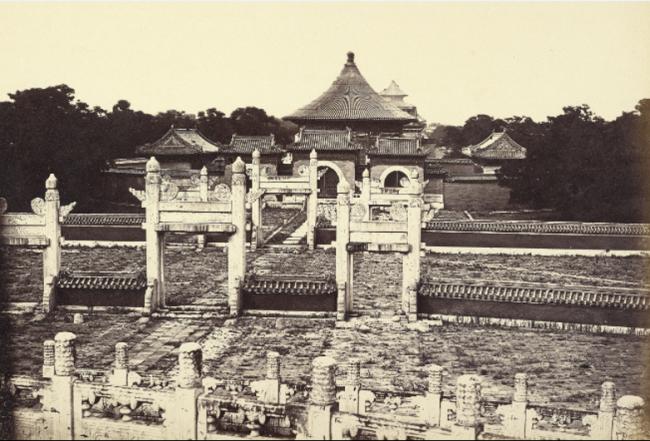 这张照片是在圜丘上拍摄的,可以看出圜丘的白玉栏杆和内外两重壝墙及内外两座棂星门。壝墙均为蓝琉璃筒瓦通脊顶,墙身涂朱。棂星门也是古代祭坛的专用门式,形似牌坊,是六柱三门结构。此照片是英军随军记者费利斯·比托(Felice Beato,1832—1909)于1860年在圜丘坛上,北向拍摄的圜丘坛、棂星门及皇穹宇。这是目前发现的最早的一张圜丘坛照片。
