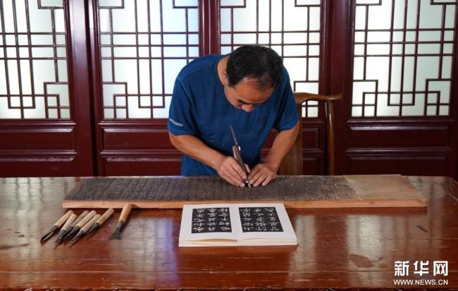 9月1日,衡水法帖雕版拓印技艺的代表性传承人李广民在雕刻法帖雕版拓印作品。新华社记者 金皓原 摄