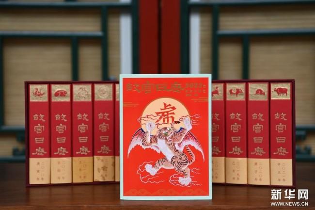 这是9月6日拍摄的2022年《故宫日历》(前)与历年的《故宫日历》。 新华社记者 金良快 摄