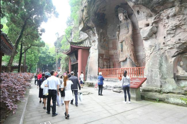 游客参观圆觉洞景区