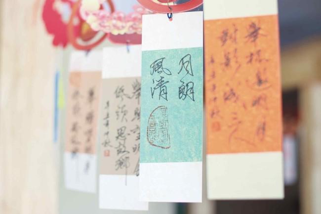 广西图书馆内悬挂的写有咏月诗词的书签 (广西图书馆供图)