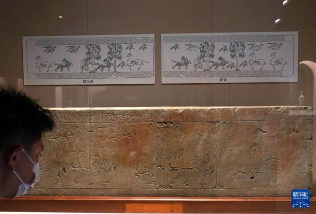 """9月27日拍摄的""""高山景行——上海博物馆受赠文物展""""展出的郑振铎捐赠的汉代人物画像砖。"""