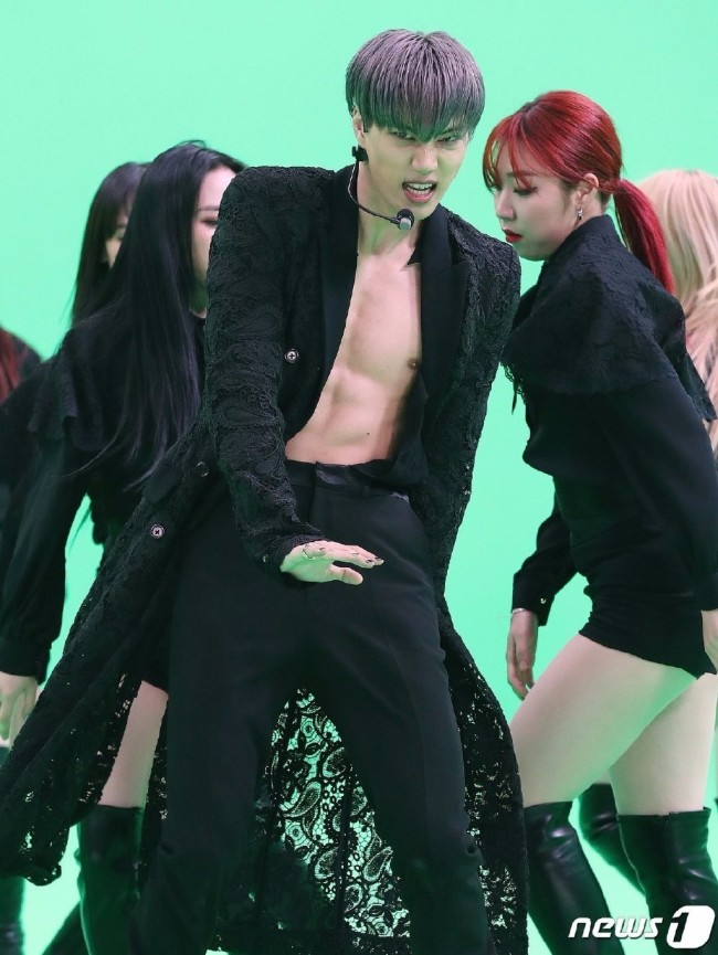 EXO金钟仁扭动身躯热舞 大秀性感腹肌