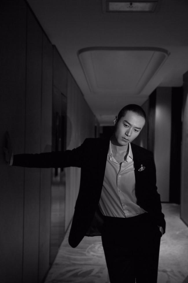茅子俊曝黑色西装质感大片 黑白光影定格优雅魅力