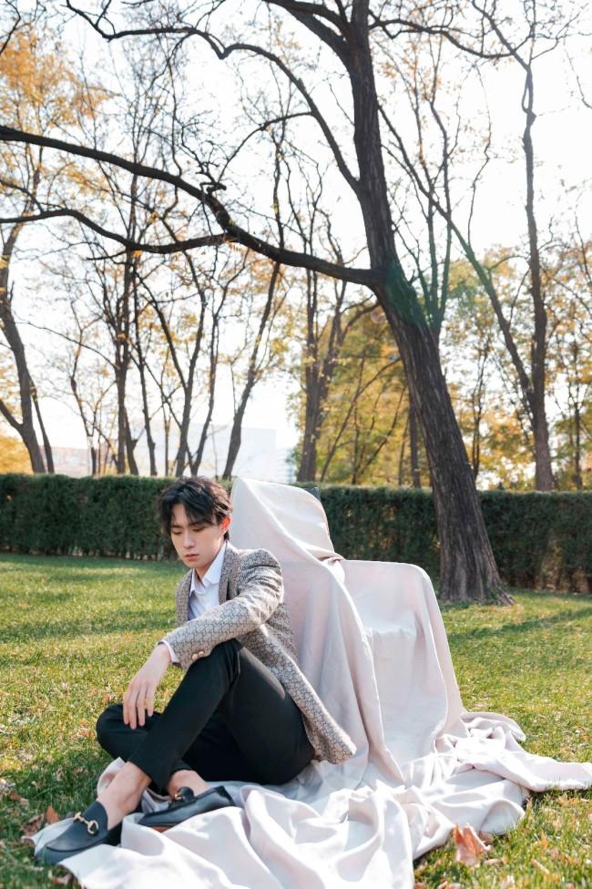 郑好冬日室外写真大片柔和有质感 优雅浪漫烘托少年气质