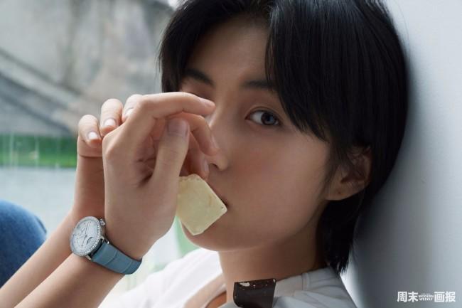 张子枫最新封面大片曝光 清澈眼神灵动自然