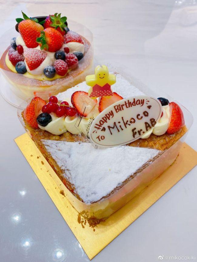 Baby懒理婚姻风波 素颜现身闺蜜生日趴送精致蛋糕
