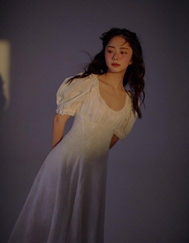 谭松韵化微醺妆配卷发 一袭白裙少女感满满