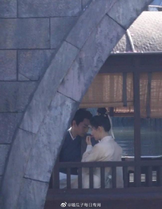 刘亦菲陈晓新剧路透曝光 船上拥吻画面唯美