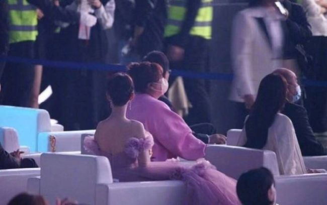 肖战贾玲见面拥抱热聊 杨紫酸问:可以成为朋友吗