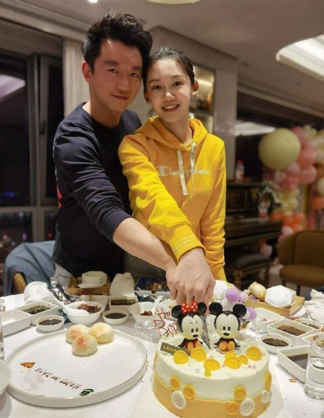 郑恺带苗苗家人吃大餐 热情与粉丝聊天亲和力十足