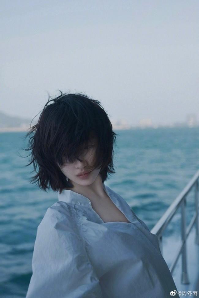 周冬雨海边拍大片发丝随风飘动 氛围感十足