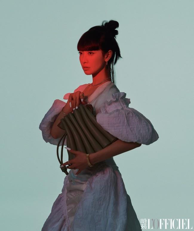 宋茜4月刊杂志封面大片 齐刘海造型彰显神秘魅惑