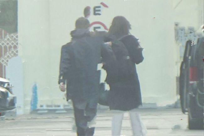 李亚鹏欠债风波后首现身 与小19岁女友逛街未影响