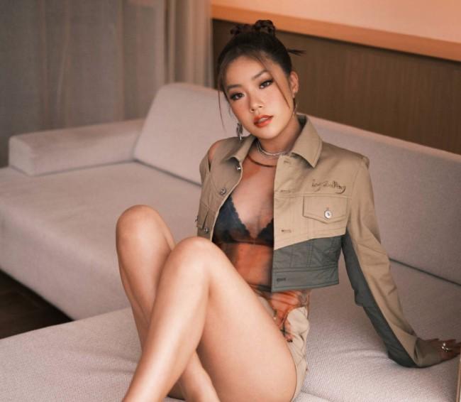 王菊性感美照 穿超短裤大秀美腿超魅惑