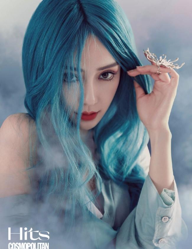 Angelababy化身蓝发人鱼姬对镜放电造型绝美