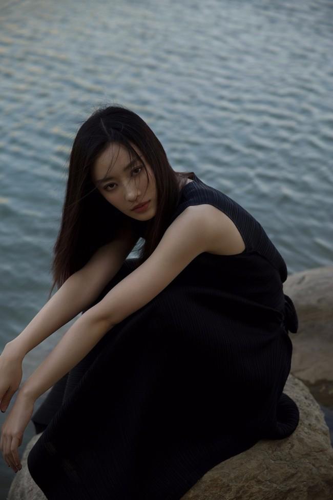 孙佳雨春日游园大片上线 婀娜姿态浪漫与神秘叠加