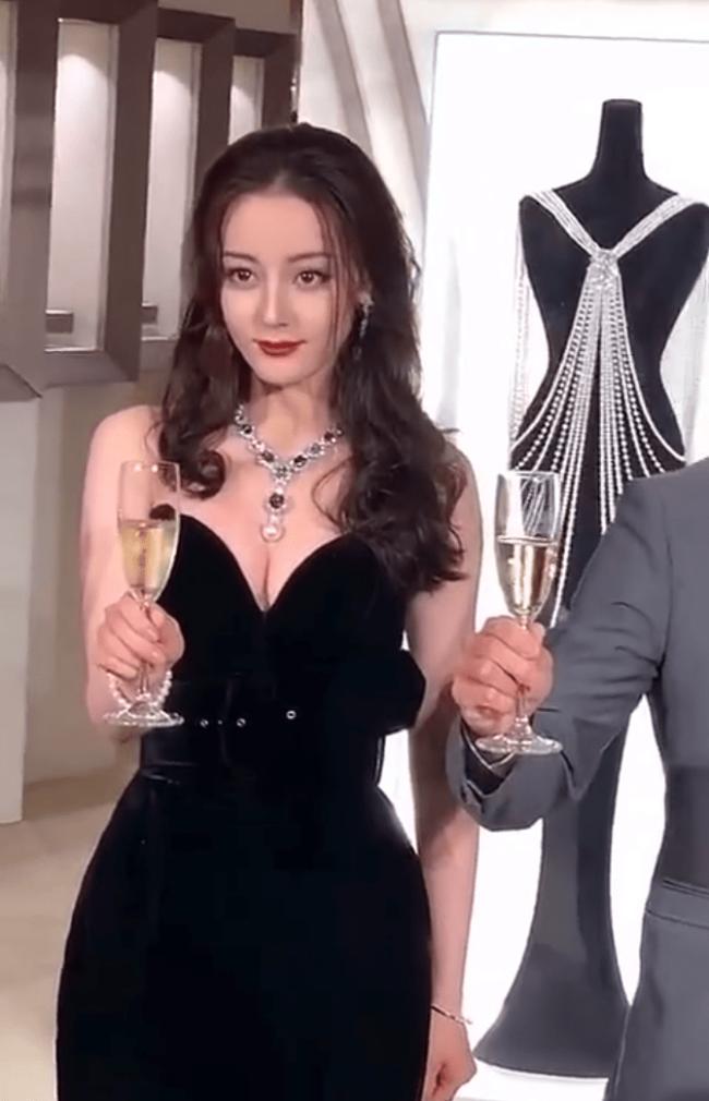 李长歌真漂亮!迪丽热巴穿高开叉深V裙身材傲人