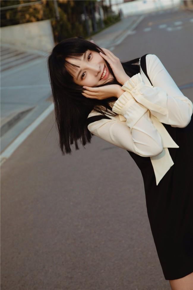 彭小苒优雅裙装亮相春交会 推介《理想照耀中国》