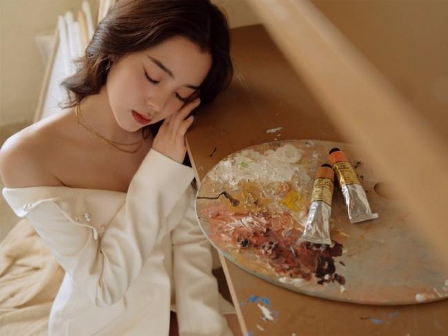 欧阳娜娜穿米白色抹胸西装裙 罕见性感秀身材