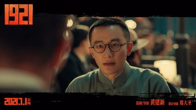 """黄轩领诵《1921》""""青春诵读""""活动 传递革命精神"""