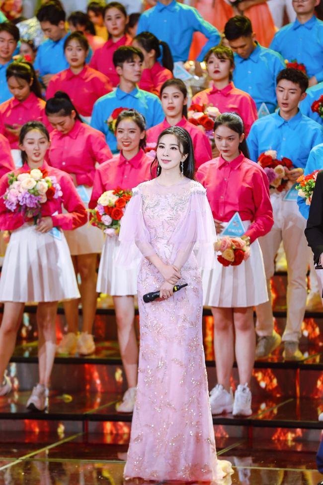 2021央视五四晚会 青年歌唱家伊丽媛压轴献唱《百年》致敬青春