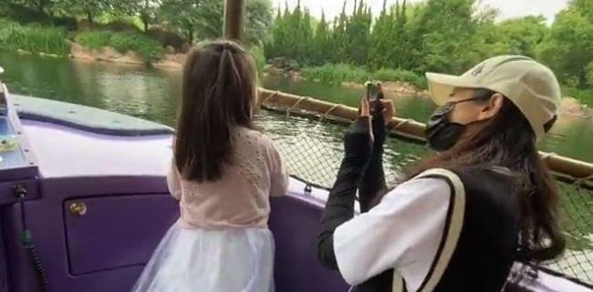 董璇带女儿游迪士尼被偶遇 高云翔未现身
