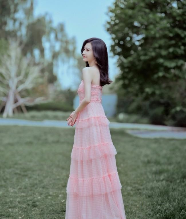 景甜穿抹胸粉裙秀身材 曲线迷人超性感