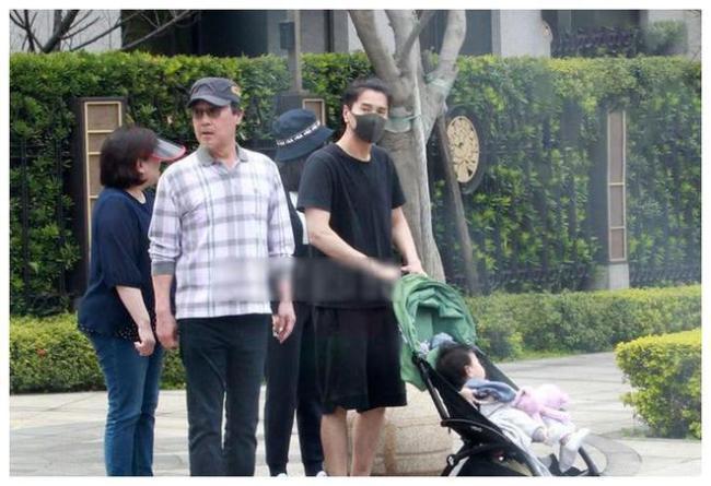太甜了!赵又廷带父母探班高圆圆 一家人气氛融洽