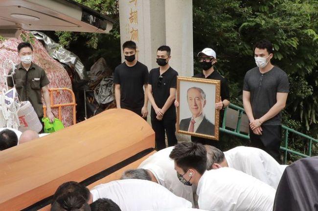 时隔1年!赌王何鸿燊正式落葬 面朝海景花费超80万