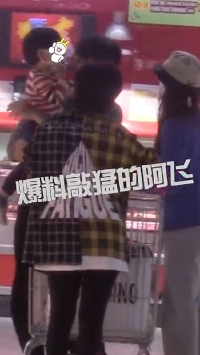 差16岁也甜!吴奇隆刘诗诗带儿子逛超市 甜蜜温馨
