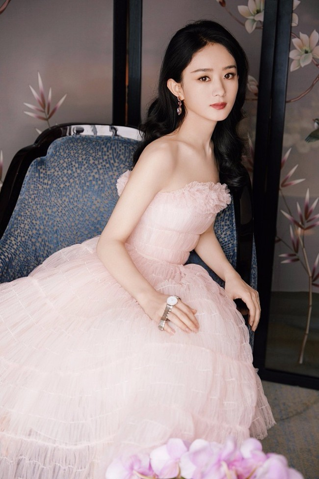 赵丽颖穿粉色抹胸纱裙温柔动人 优雅高贵