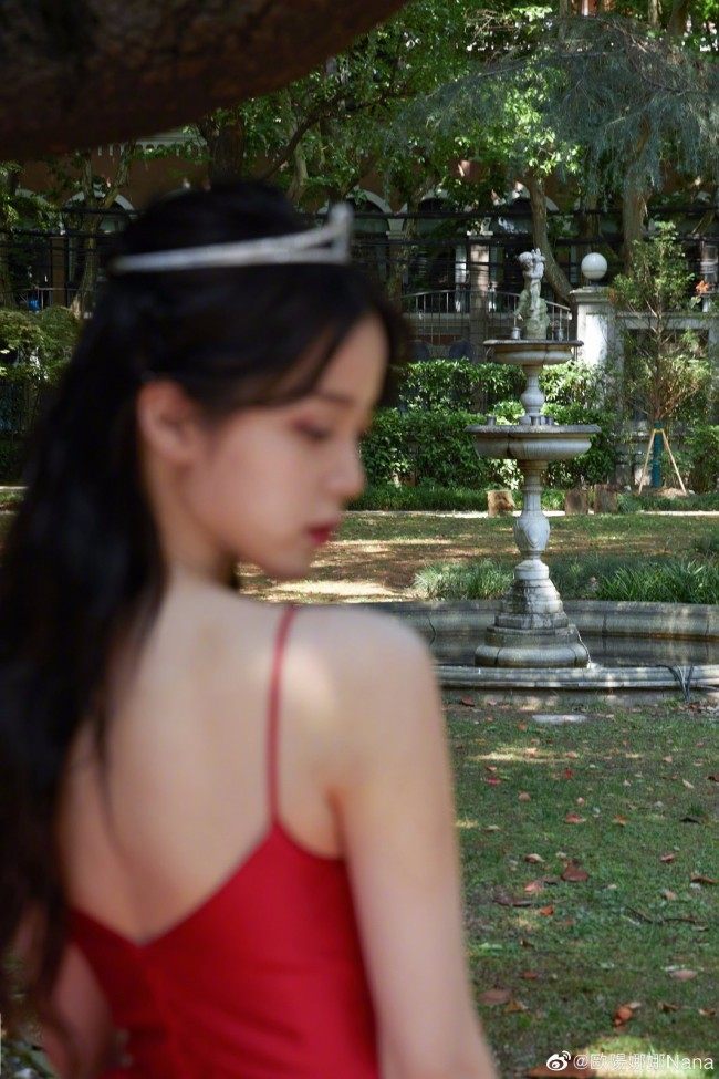 欧阳娜娜参加微博电影之夜 好似迪士尼在逃公主