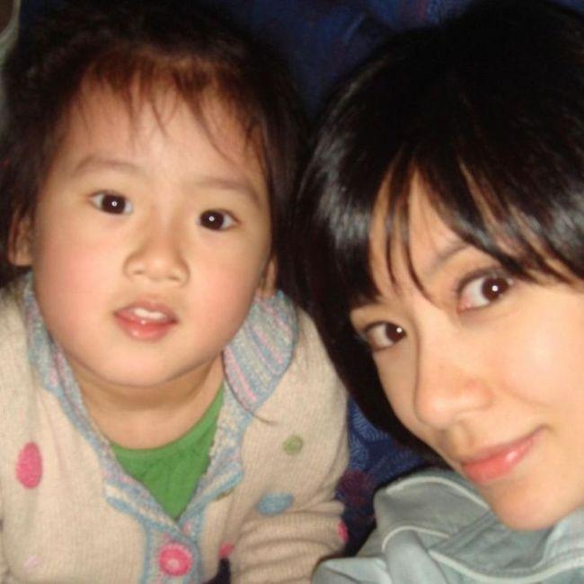 贾静雯长女庆生 继母罕出镜与孙志浩同时亲吻女儿