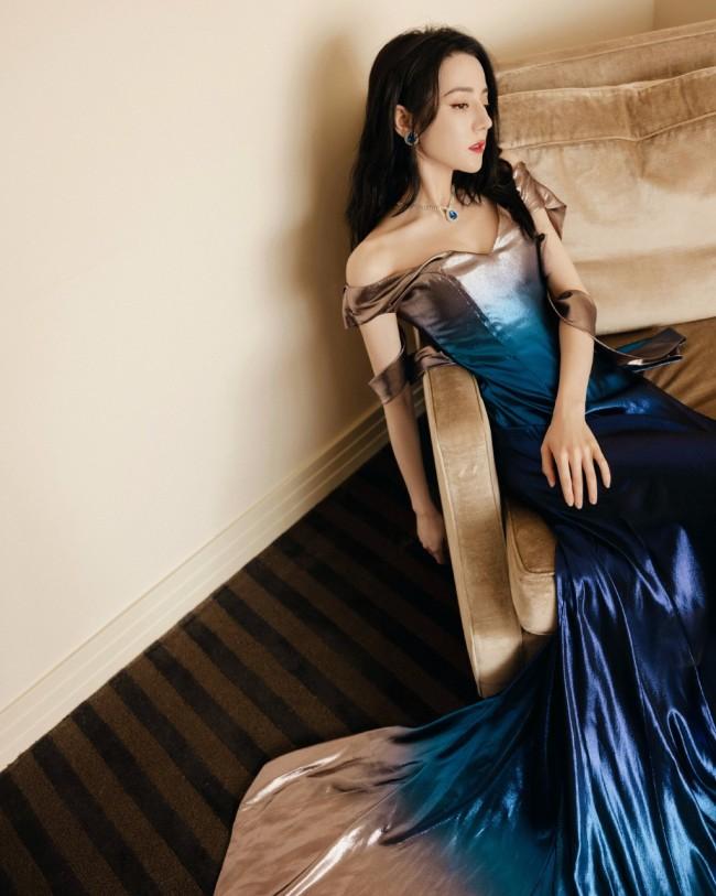 29岁迪丽热巴蓝色渐变礼服美艳撩人